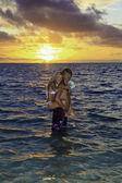 Jonggehuwde paar veertigers in de oceaan — Stockfoto