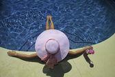Kız pembe bikini havuzbaşı — Stok fotoğraf