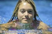 Teenager-mädchen-schwimmen — Stockfoto