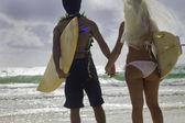 サーフボードとビーチで新婚者のカップル — ストック写真
