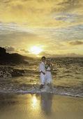 Couple de jeunes mariés au lever du soleil sur la plage de l'éternité, hawaii — Photo