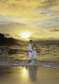 Sonsuzluğun plajındaki hawaii sunrise adlı yeni evli çift — Stok fotoğraf