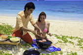 Couple ayant un barbecue — Photo