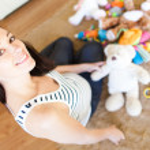glada gravida kaukasiska brunett — Stockfoto