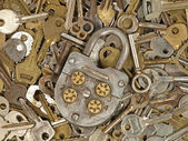 Old lock and metal keys. — Stock Photo