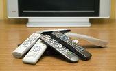 De nombreux contrôleurs de tv près de televisor — Photo
