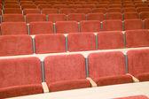 Pek çok kırmızı sandalye ile lüks konser salonu — Stok fotoğraf