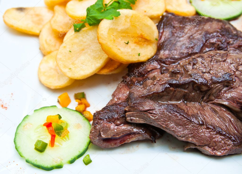 Juicy steak beef meat with tomato and potatoes — Stock Photo #5601865