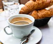 Coffee and croissants — ストック写真