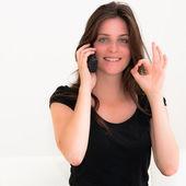 Mladá žena hovor na mobilní telefon — Stock fotografie