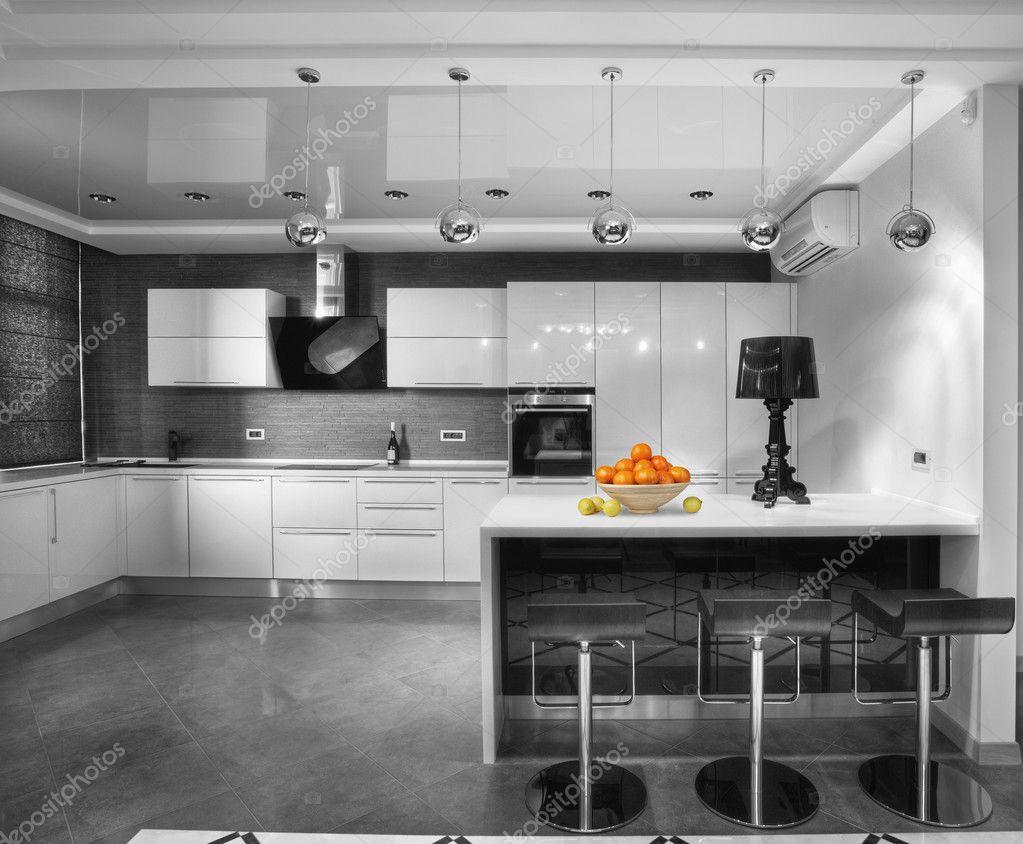 Downloaden - Moderne keuken in luxe herenhuis — Stockbeeld #5704829