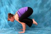 Linke seitenansicht der frau in yoga krähe darstellen — Stockfoto
