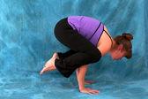 Vista laterale destra di donna in corvo yoga pongono — Foto Stock