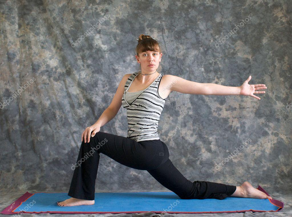 femme faisant la posture d'yoga rotation faible ...