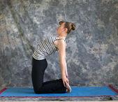 年轻女人在做瑜伽姿势 ustrasana 或骆驼式 — 图库照片