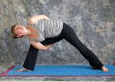 Yoga duruş yapıyor kadın genişletilmiş yan açı poz sol bağlı — Stok fotoğraf