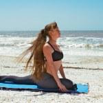 salamba kapotasana または supp ビーチでのヨガの練習をやっている女性 — ストック写真