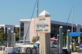 Uyarı manatee alan işareti meşgul limanında — Stok fotoğraf