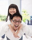 Aziatische en gelukkige familie. vader en klein meisje — Foto de Stock