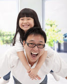 Happy asian family. father and little girl — Stockfoto