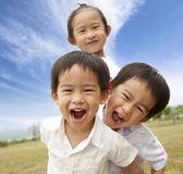 Porträtt av glada barn utomhus — Stockfoto