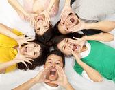Groep van jonge aziatische zijn schreeuwen — Stockfoto