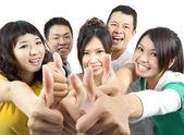 Jonge aziatische groep met duimschroef opwaarts — Stockfoto