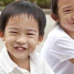 微笑的亚洲男孩和女孩 — 图库照片