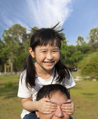 прекрасная маленькая девочка и ее отец — Стоковое фото