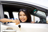 Young happy woman in car showing the keys — Foto Stock