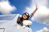 Glad ung kvinna i bilen på vägen — Stockfoto