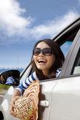 Glückliche frau sitzen im auto — Stockfoto