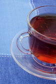 Kopp varm te på en mörk blå servett — Stockfoto