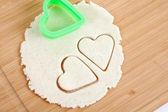 Hoja de masa para galletas, corazones de hojaldre — Foto de Stock