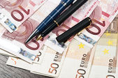 Pen and money — Stock Photo