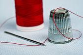 Thimble and thread — Stock Photo