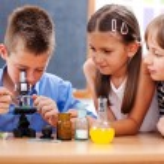 ragazzo esaminando al microscopio — Foto Stock