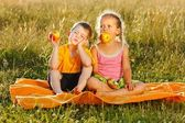 Little girl and boy eating apple — Stock Photo