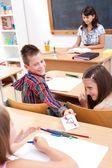 Základní škola chlapec dává milostný dopis s jeho kolega — Stock fotografie