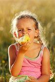 Mädchen einen apfel zu essen — Stockfoto