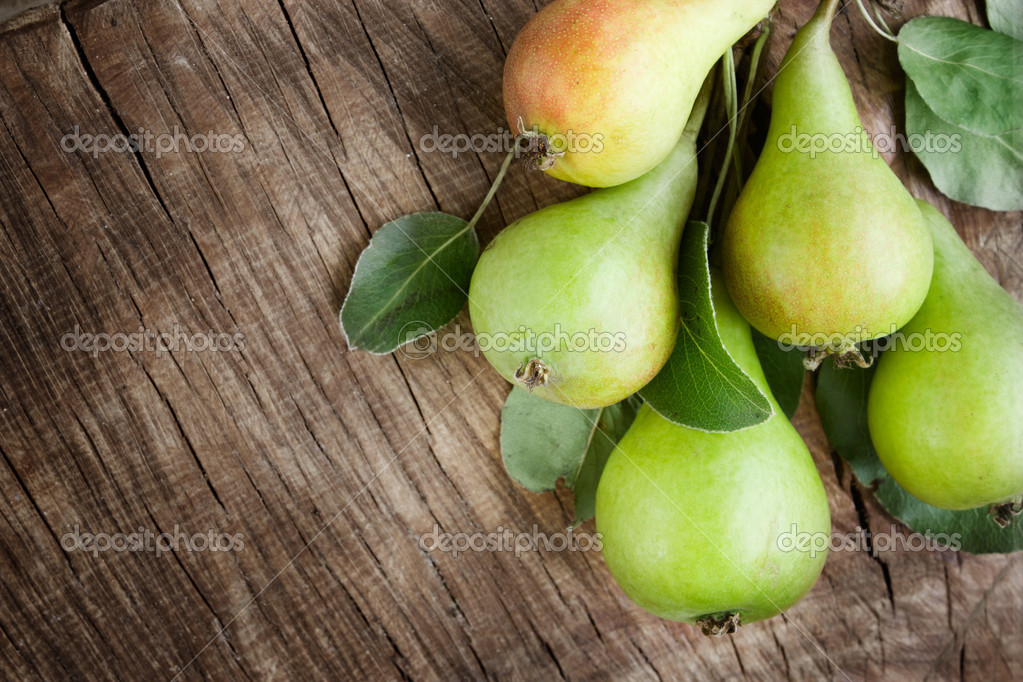 Freshly harvested pears on old wooden background — Stock Photo #6006403