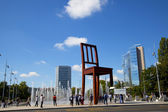 Group of tourist in the Broken Chair Monument, Geneve — Stock Photo