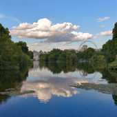 St. James Park with London Eye and Horse Guards Buildings, London, UK — Stock Photo