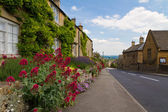 Cotswolds pueblo bourton-on-the-hill con flores, reino unido — Foto de Stock