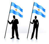 Business silhouettes with waving flag of Argentina — Stock Vector