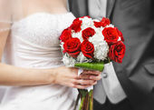 Bride and groom with bridal bouquet — Photo