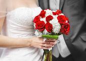 Mariée et le marié avec le bouquet de mariée — Photo