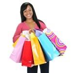felice giovane donna nera con borse della spesa — Foto Stock