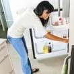 giovane donna cerca in frigorifero — Foto Stock