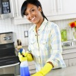 Young woman cleaning kitchen — ストック写真